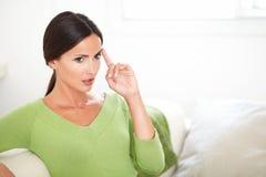 Красивая женщина интересуя пока смотрящ прочь Стоковое Изображение RF