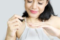 Красивая женщина используя маникюр Стоковая Фотография RF