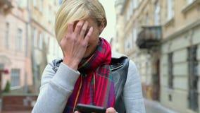 Красивая женщина используя мобильный телефон на улице города акции видеоматериалы