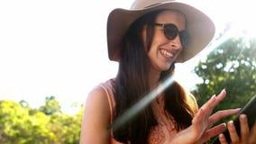 Красивая женщина используя цифровую таблетку видеоматериал