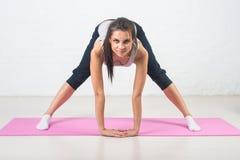 Красивая женщина идет внутри для спорт, фитнеса, делающ работает при улыбка, протягивая Здоровый образ жизни, здоровье Стоковые Фотографии RF