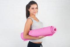 Красивая женщина идет внутри для спорт, фитнеса, делая работает при замешанная улыбка, протягиванный, Здоровый образ жизни, здоро Стоковое Изображение RF