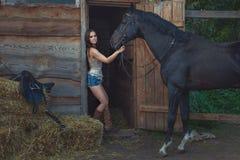 Красивая женщина и лошадь на ферме Стоковое Изображение RF