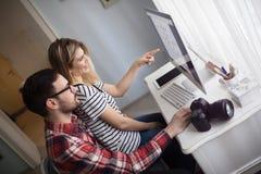 Красивая женщина и привлекательный человек делая проектную работу Стоковое Изображение