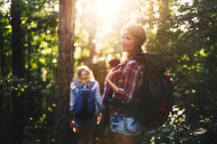 Красивая женщина и друзья в лесе Стоковая Фотография