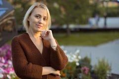 Красивая женщина и связанная куртка счастливая женщина портрета Стоковая Фотография