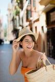 Красивая женщина идя вне ходить по магазинам Стоковое Изображение
