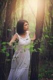 Красивая женщина идя в древесины стоковые изображения rf