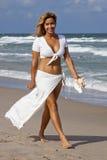 Красивая женщина идя на пляж стоковые фотографии rf