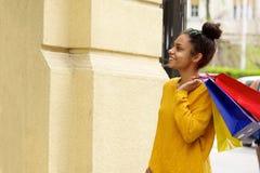 Красивая женщина идя outdoors с хозяйственными сумками Стоковое фото RF