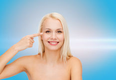 Красивая женщина касаясь ее зоне глаза Стоковое фото RF