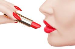 Красивая женщина красит губы с роскошной красной губной помадой Стоковые Фотографии RF