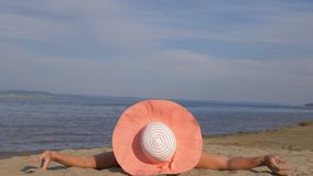 Красивая женщина лежит на пляже акции видеоматериалы