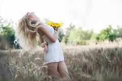 Красивая женщина между солнцецветом стоковые изображения