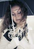 Красивая женщина моды с зонтиком идя в улицу города Стоковое Изображение