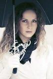 Красивая женщина моды с зонтиком идя в улицу города Стоковая Фотография