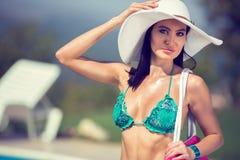 Красивая женщина моды с шляпой лета стоковые изображения