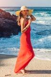 Красивая женщина наслаждается взглядом волн на солнечном пляже Счастливая женщина охлаждая вне Принципиальная схема каникулы лета Стоковое Фото