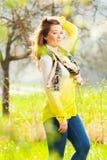 Красивая женщина наслаждаясь полем маргаритки, славный женский лежать вниз внутри стоковые изображения rf