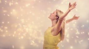 Красивая женщина наслаждаясь ее свободой Стоковые Фото