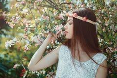 Красивая женщина наслаждаясь красотой весны стоковое изображение