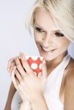 Красивая женщина наслаждаясь кружкой кофе Стоковая Фотография