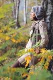Красивая женщина наслаждаясь природой при закрытые глаза стоковые изображения