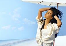 Красивая женщина наслаждаясь солнечностью стоковые изображения