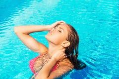Красивая женщина на бассейне Стоковое Изображение