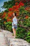 Красивая женщина на белом платье идя самостоятельно на стены окружая колониальный город Cartagena de Indias стоковая фотография rf