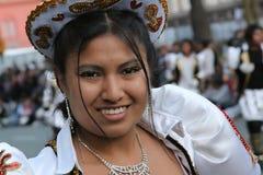 Красивая женщина на боливийской масленице в Буэносе-Айрес стоковые фото