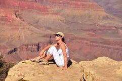 Красивая женщина на гранд-каньоне Стоковое Изображение RF