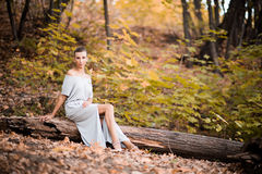 Красивая женщина на журнале Стоковая Фотография RF