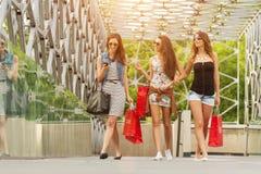 3 красивая женщина на мосте, ручные хозяйственные сумки Стоковая Фотография RF