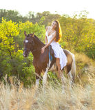 Красивая женщина на лошади Стоковая Фотография