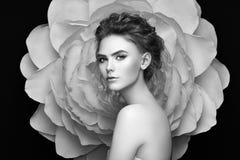 Красивая женщина на предпосылке большого цветка Стоковое Изображение