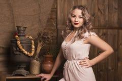 Красивая женщина на предпосылке сельского интерьера Стоковая Фотография RF