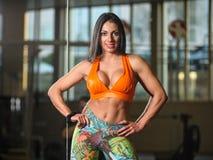 Красивая женщина на представлять спортзала стоковое изображение