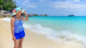 Красивая женщина на пляже в Таиланде стоковое изображение