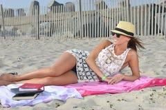 Красивая женщина на пляже - лете Стоковые Фото