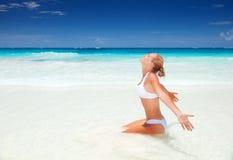 Красивая женщина на пляже Стоковые Фотографии RF