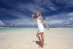 Красивая женщина на пляже стоковые изображения rf