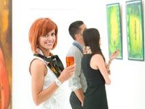 Красивая женщина на современной выставке Стоковое фото RF