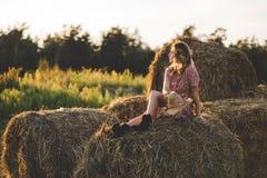 Красивая женщина на стоге сена Стоковое Изображение