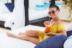 Красивая женщина на тропическом курорте Стоковые Фотографии RF