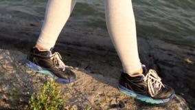 Красивая женщина ног идя на море границы сток-видео