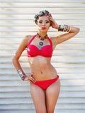 Красивая женщина нося покрашенный тюрбан Стоковые Изображения