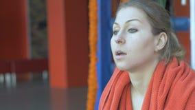 Красивая женщина обтирая ее шею с полотенцем после разминки на спортзале сток-видео