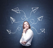 Красивая женщина обдумывает о возможных решениях осложненной проблемы Много стрелок с различными направлениями притяжка Стоковое Изображение