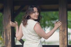 Красивая женщина около газебо в оборачиваемости пола стоковые фотографии rf